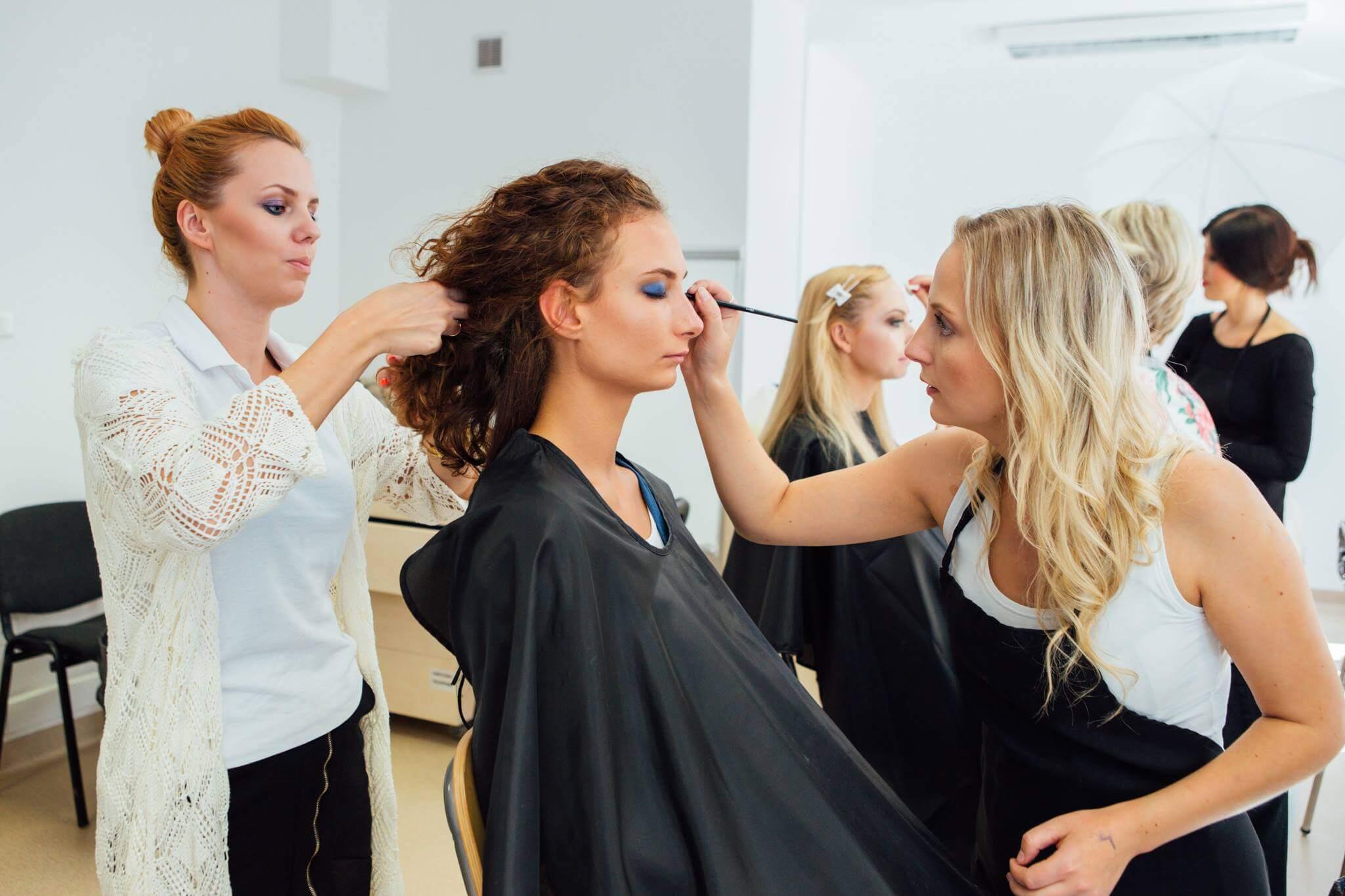 kurs wizażu kursant wykonuje make-up